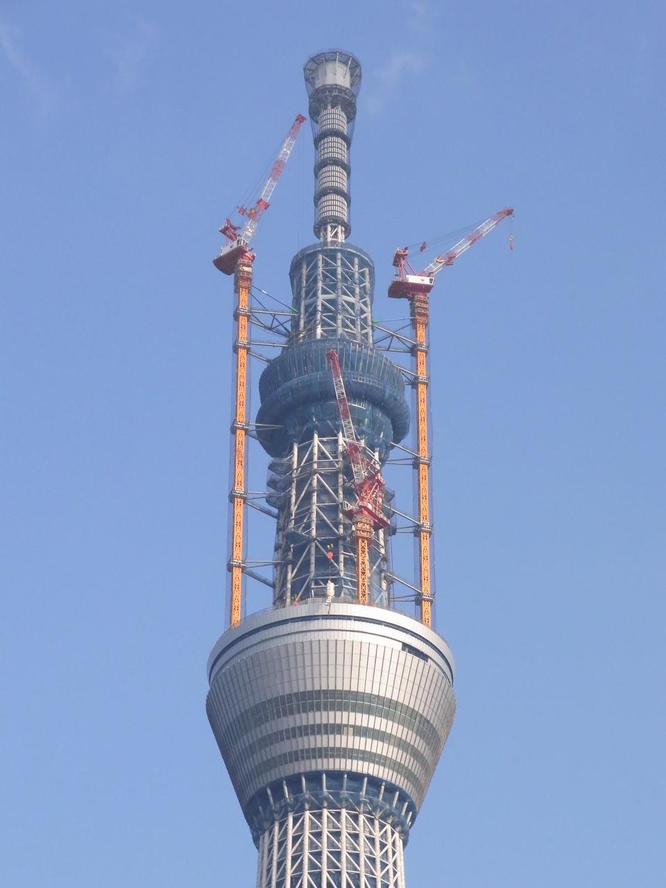 コンクリートホッパを吊り上げるタワークレーン