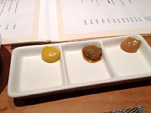 薬味。左からからし、わさび醤油、梅みそ。