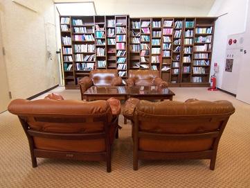 ホテルの小さな図書室