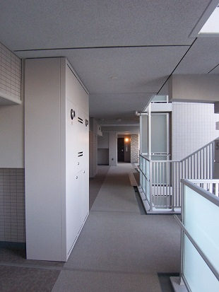 建て替え後の諏訪団地・外廊下