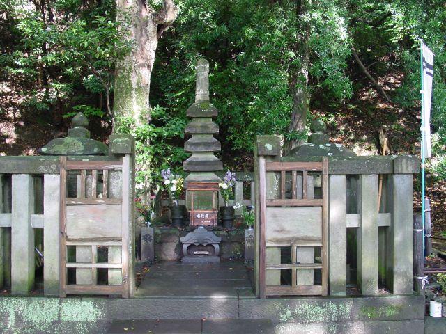 ついでに、じつは鹿児島にも頼朝の墓があるので紹介しておきます。あまり知られていないと思いますので。  仙巌園と尚古集成館の近くにある鶴峯神社の境内にあります。