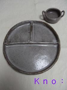 仕切りつき丸皿と両手つき小鉢