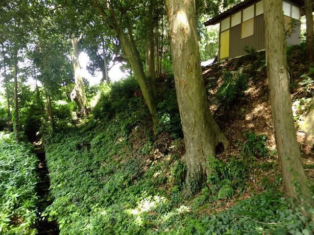 諏訪神社の堀と土塁