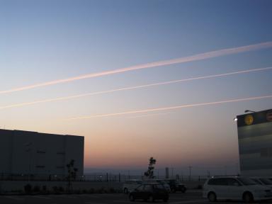 夕焼けの飛行機雲