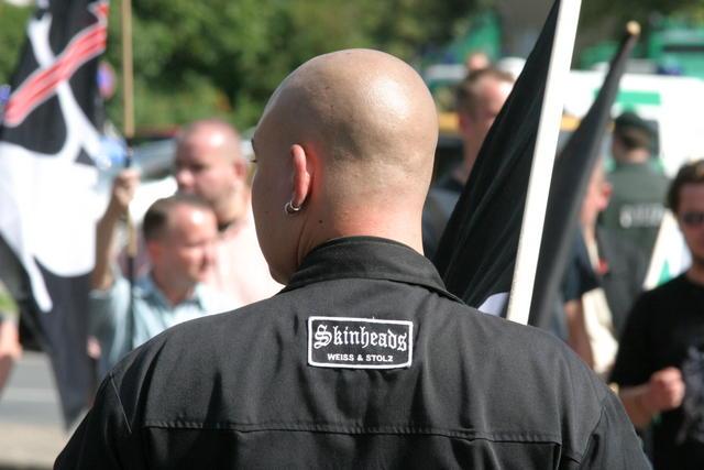 Neonazi-skinheads-weiss-und-stolz.jpg