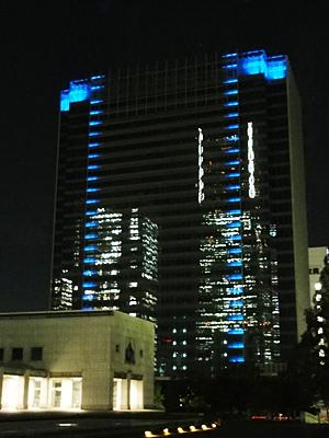 建設中のビルに映ったランドマークタワー