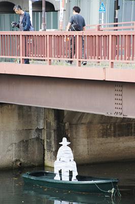 橋の下に釣り人が