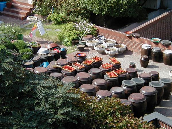 壺が並んだ韓国の風景