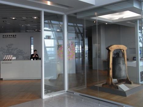 博物館入口と来蘇寺高麗銅鐘 宝物第277号