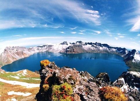 白頭山頂上に広がるカルデラ湖、天池