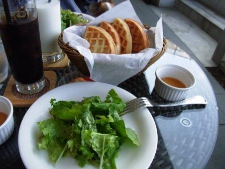 サラダとワッフル
