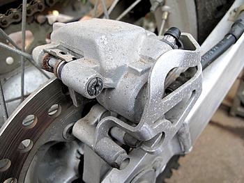 XR250R ブレーキキャリパー