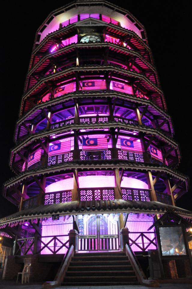 ライトアップされた時計塔