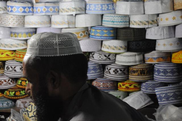 イスラム帽を売るオヤジ