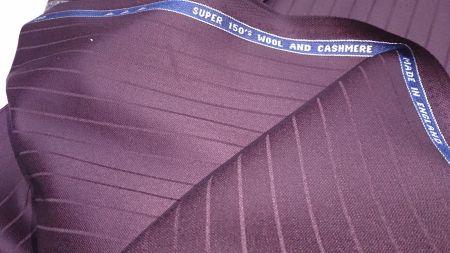 エンジ色のスーツ生地