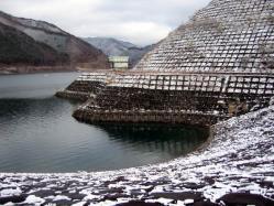 雪化粧の湖面