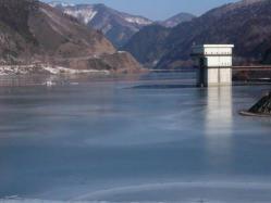 ダム湖の結氷