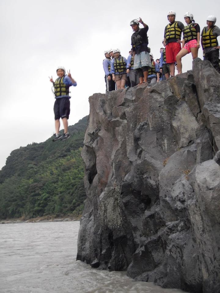 崖からジャンプ