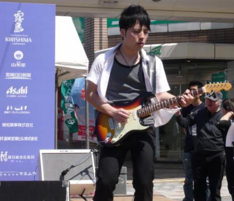 顔の大きいギタリスト