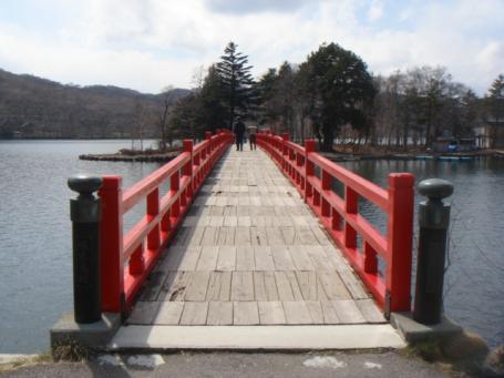 神社に架かる橋