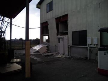工場 壁崩落