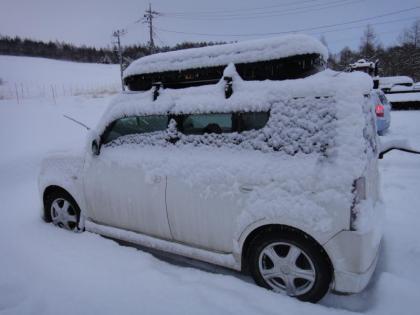 マイカーに積もる雪