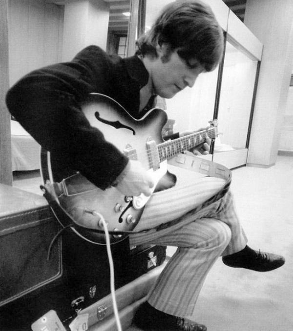 John-Lennon-and-his-Epiphone-Casino-the-beatles-7613099-651-735_convert_20101025152448.jpg