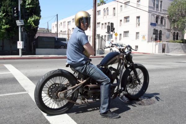 brat-pitt-riding-motorcycle-in-los-angeles-1024x682_convert_20100615162950.jpg
