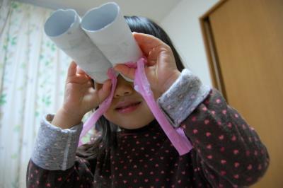 トイレットペーパーの芯の双眼鏡で遊ぶ羽桜