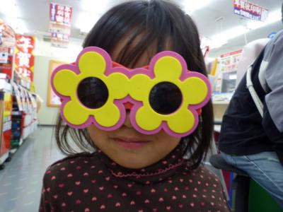おもちゃのサングラスをかける羽桜