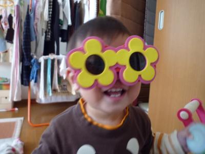 おもちゃのサングラスをかける央都