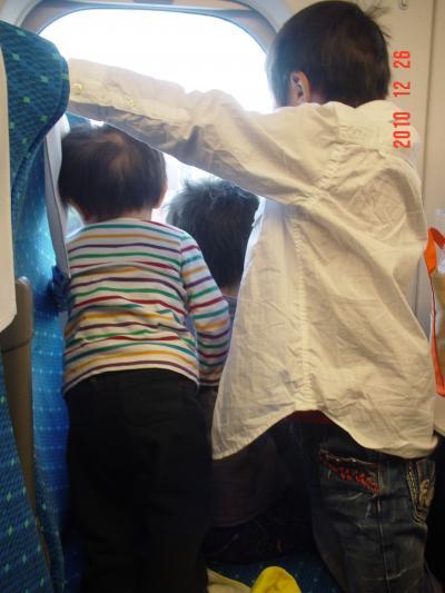 新幹線の窓から外を覗くえじそん'S