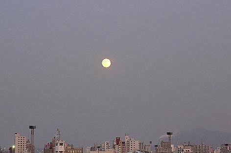 街の空に満月が♪