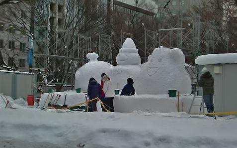 市民の雪像