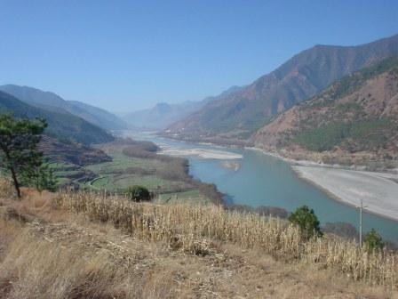 川の流れと段々畑