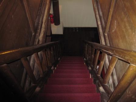階段を下がりますと
