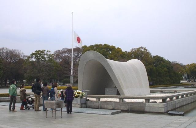DSCF1378 平和公園半旗 W