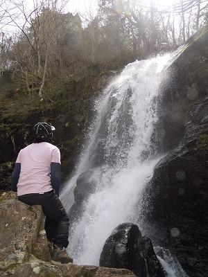 滝を眺めて