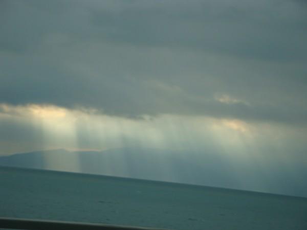 雲の間から、日が射してるよ。
