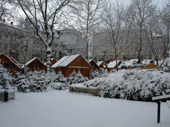 雪に埋まってるマルシェ・ド・ノエル