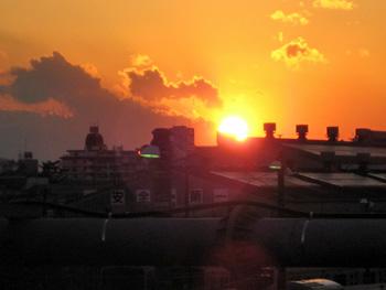 電車庫に落ちる夕陽