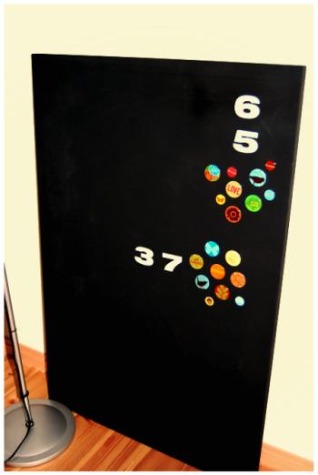 缶バッチと数字がアクセントの黒板。