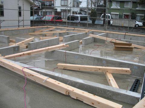 雨の中の土台敷き