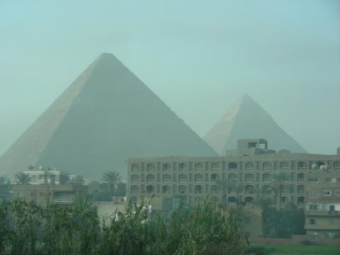 ピラミッドと街