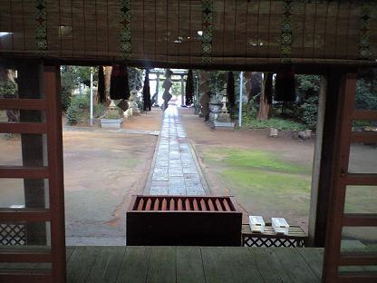 雷神社 拝殿から境内を見る