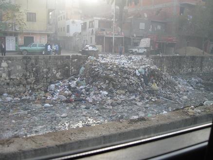 エジプト旅行:車窓からゴミの山