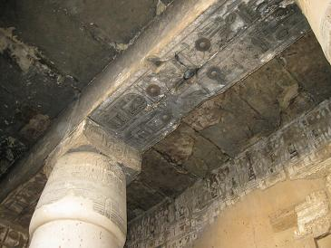エジプト旅行:カルナック神殿 ススで汚れた天井