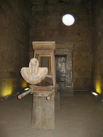エジプト旅行:エドフ(ホルス)神殿 至聖所内部