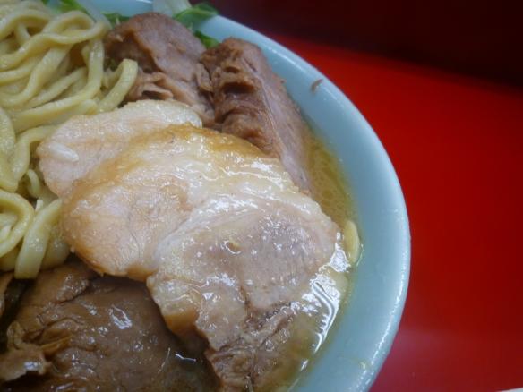 10年12月13日 中山駅前 豚