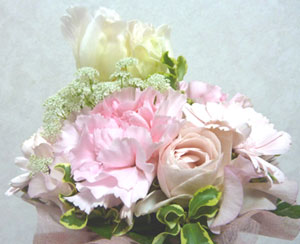 妻のお友達が(写真の)お花を持ってお参りに来てくれました。